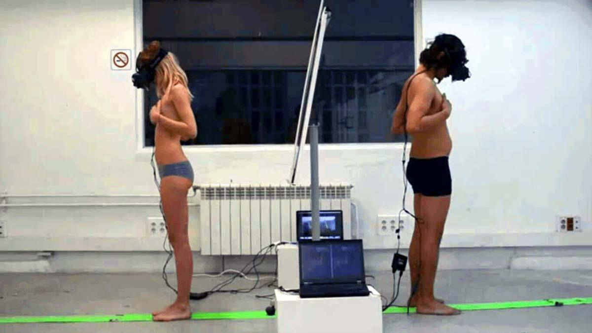 The Machine To Be Another der Künstlergruppe BeAnotherLab zeigt den Geschlechtertausch zweier Menschen dank Virtual Reality mit dem Oculus Rift.