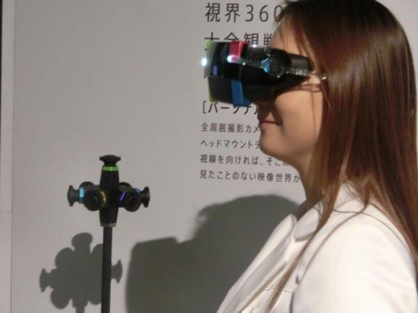 Bitte recht freundlich lächeln: Die junge Dame scheint sich wohlzufühlen mit Panasonics VR-Brille auf der Nase.