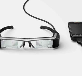 Die Moverio BT-200 wird über ein tragbares Steuerungsgerät mit Touchpad bedient, indem sich auch der Akku der Brille befindet.