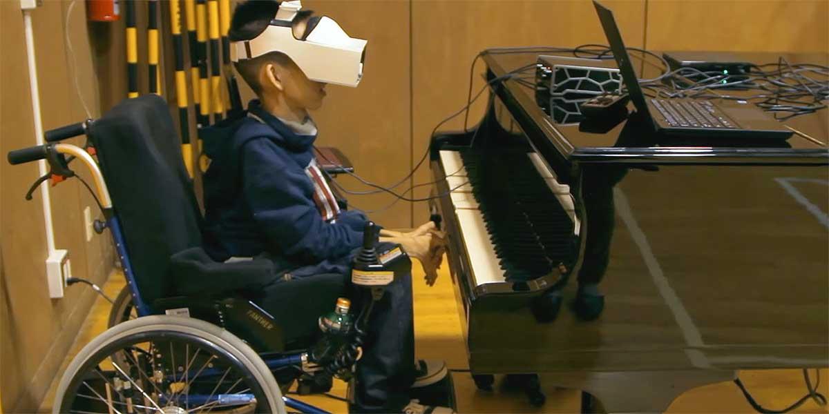 Junge mit Muskeldystrophie spielt mit seinen Blicken Klavier