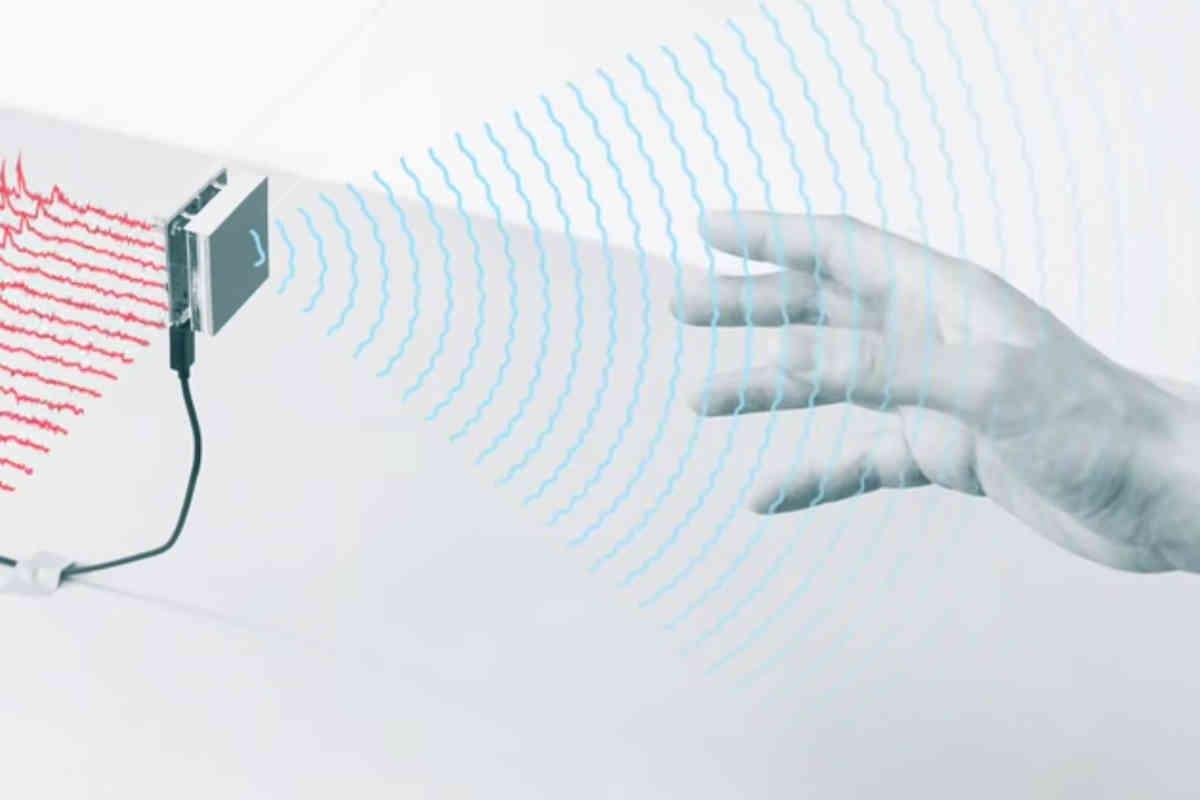 Googles Soli-Radar übersetzt Handbewegungen und Gesten in Computerbefehle. Die Technologie ist seit 2014 in Entwicklung. Jetzt darf sie endlich in ein Produkt verbaut werden.
