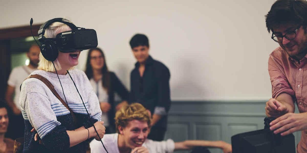 In Zürich trafen sich junge Journalisten und diskutieren Virtual Reality als Zukunftsmedium für den Journalismus