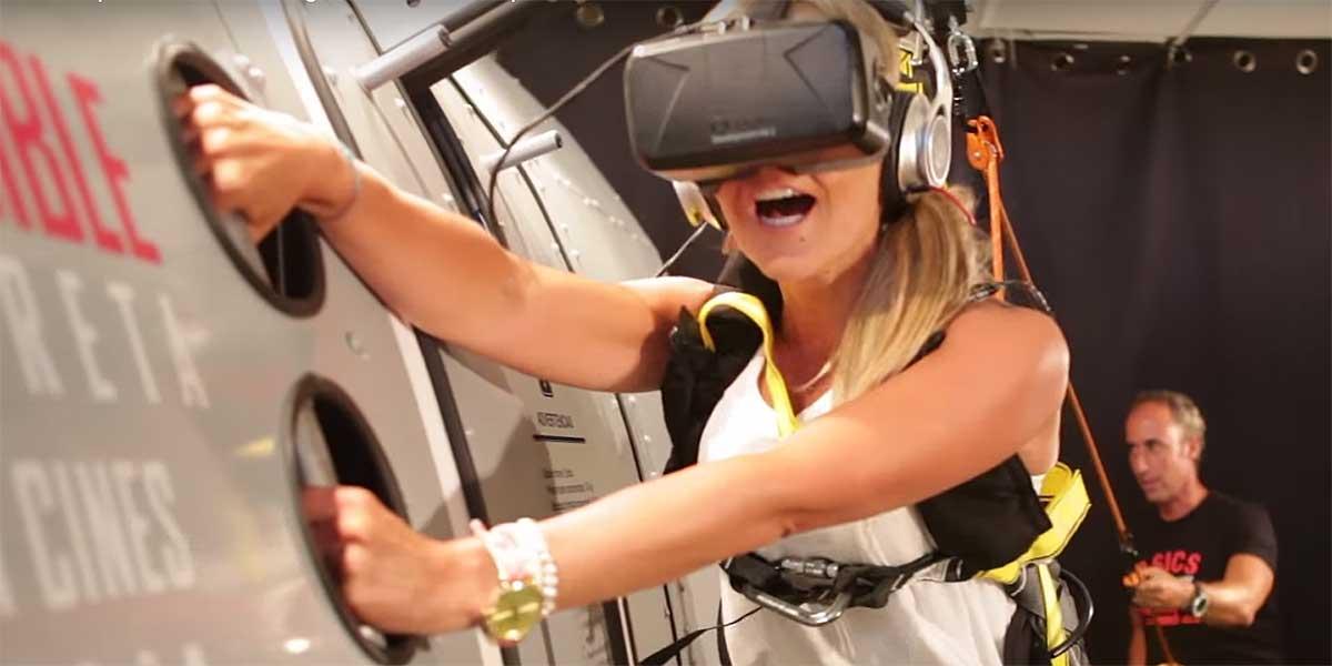 Mission Impossible VR-Experience: Mit zwei Händen am Flugzeug hängen