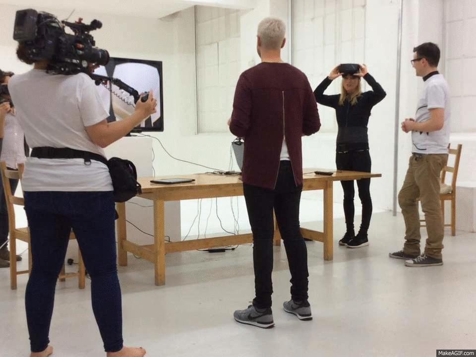Die erste Umarmung in Virtual Reality.