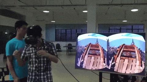 DeePoonVR beweist schauspielerisches Talent: Bei der VR-Achterbahn kippen die Entwickler einfach um.