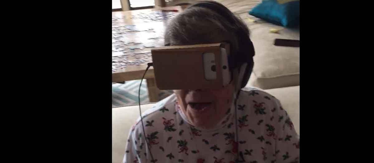 Niedlich: Oma probiert das erste Mal Virtual Reality