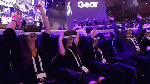 Samsung synchronisiert Gear VRs für ein gemeinschaftliches Achterbahnerlebnis.