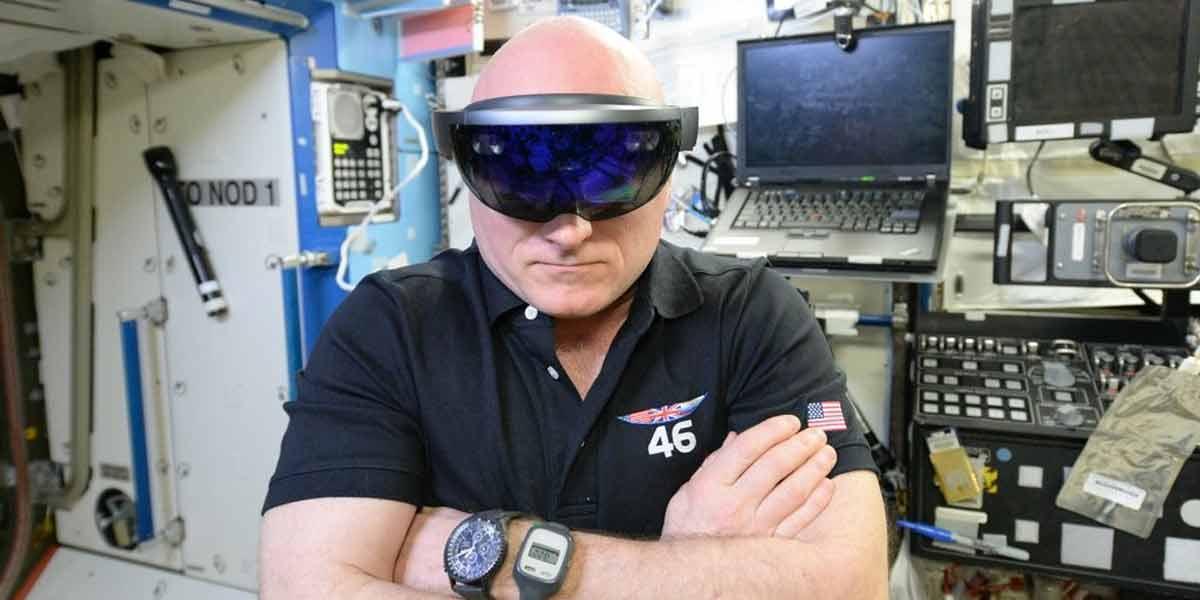 NASA Astronaut Scott Kelly trägt die Datenbrille HoloLens auf der International Raumstation. Quelle: Microsoft