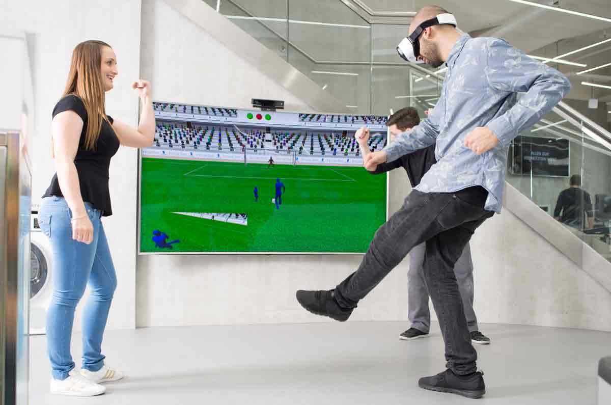 Virtual-Reality-Torwandschießen im Saturn in Köln. BILD: Media-Saturn