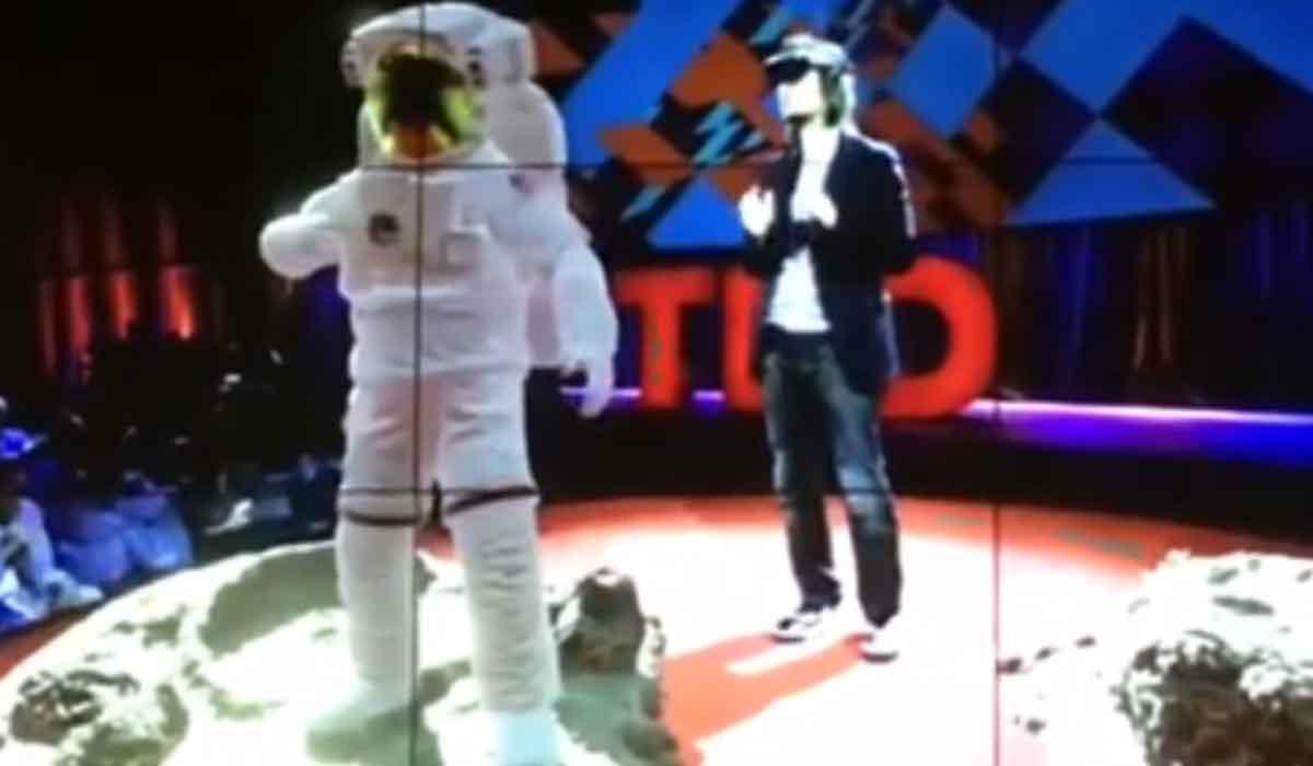 Auf der TED-Konferenz zeigt Microsofts Alex Kipman einige neue Demonstrationen für die Augmented-Reality-Brille Hololens.