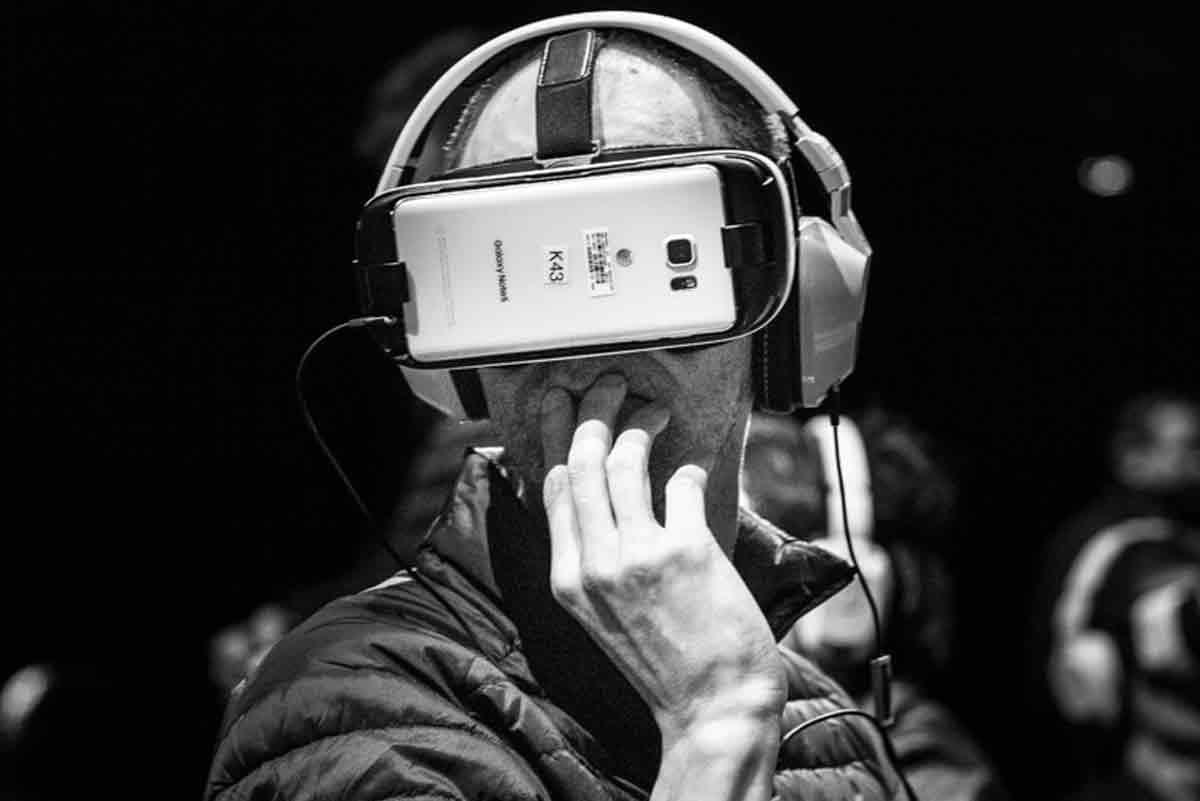 Zwei deutsche Wissenschaftler beschreiben die ethischen Herausforderungen, vor die uns das neue Medium Virtual Reality stellt.