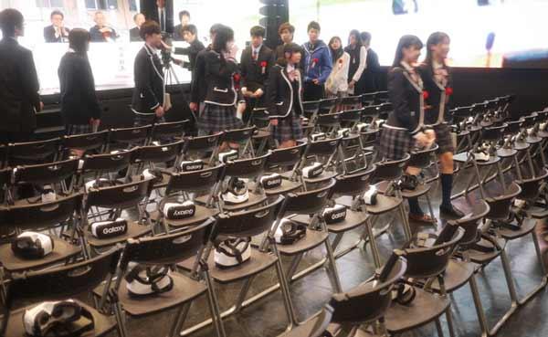 Feierliche VR-Zeremonie: Die VR-Brillen liegen auf den Stühlen bereit.