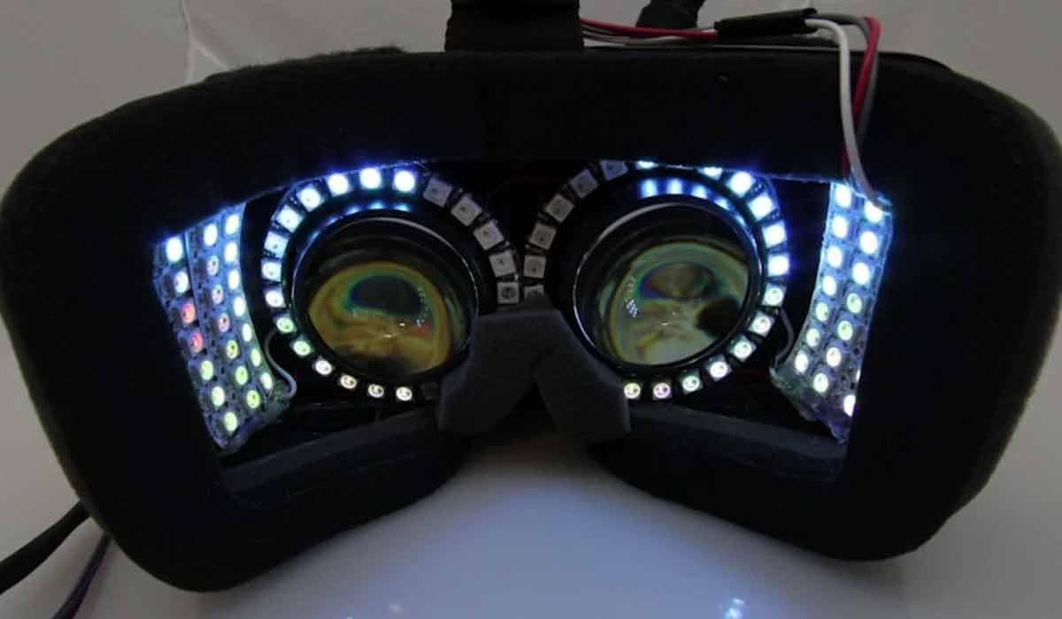 LEDs in der VR-Brille füllen das periphere Sichtfeld mit passenden Farb- und Bewegungsinformationen auf und sollen Motion Sickness vorbeugen.
