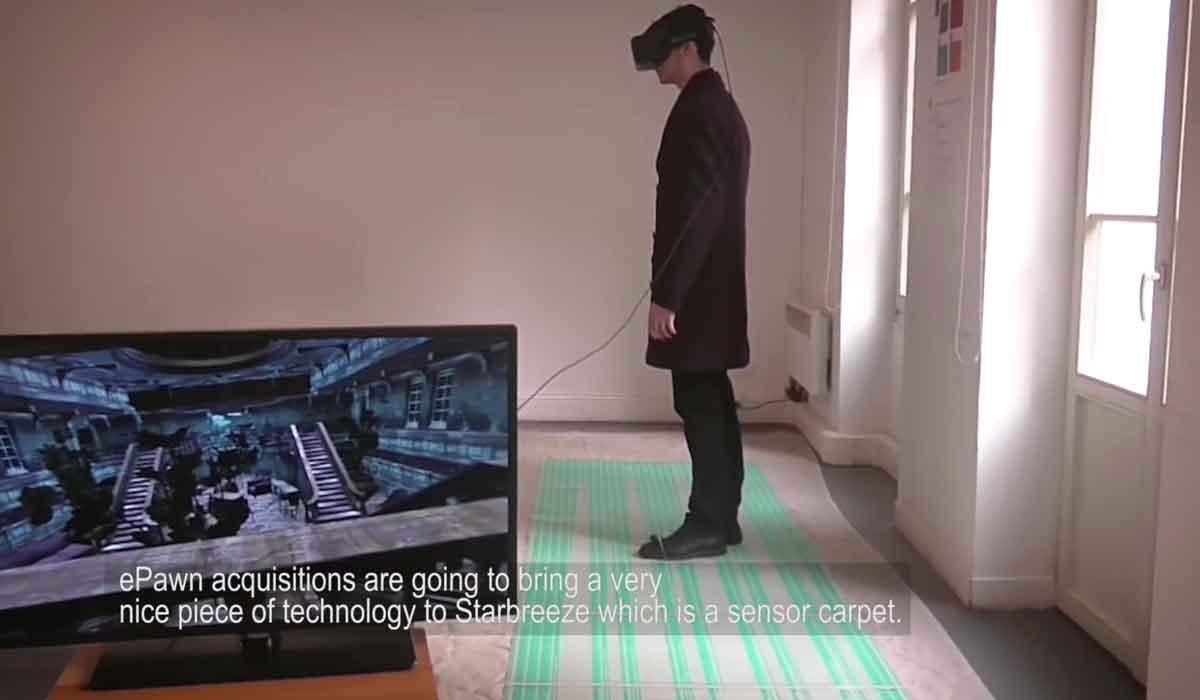 Ein spezieller Sensorteppich soll Bewegungen im Raum erkennen, während die VR-Brille StarVR die Kopfrotation mit Sensoren misst.
