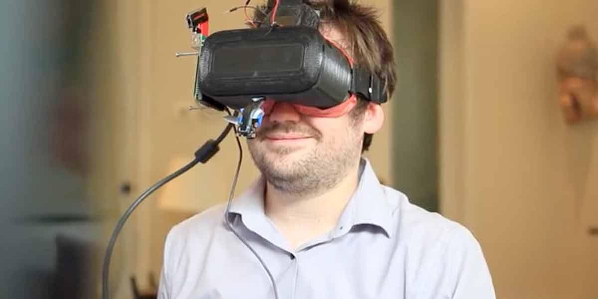 Die VR-Brille Veeso soll mit zwei integrierten Kameras Kiefer-, Mund- und Augenbewegungen in Virtual Reality übertragen.