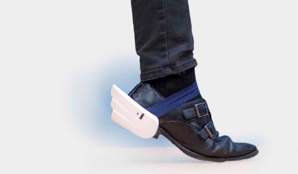 Mit zusätzlichen Sensoren an den Füßen kann man durch die Virtual Reality marschieren und hat dabei stets beide Arme und Controller frei.