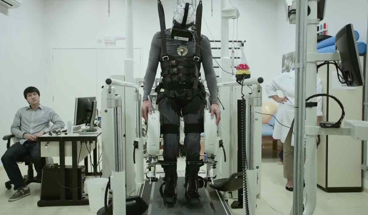 VR-Brillen und virtuelle Simulationen könnten zukünftig Patienten mit Querschnittslähmung bei der Rehabilitation unterstützen.
