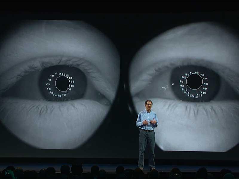 Abrash demonstriert derzeitige Eye-Tracking-Technologie. BILD: Oculus VR