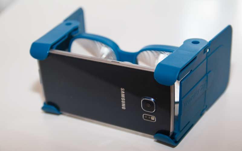 Das Smartphone wird an der Vorderseite in die Plastikschale gesteckt. BILD: VRODO