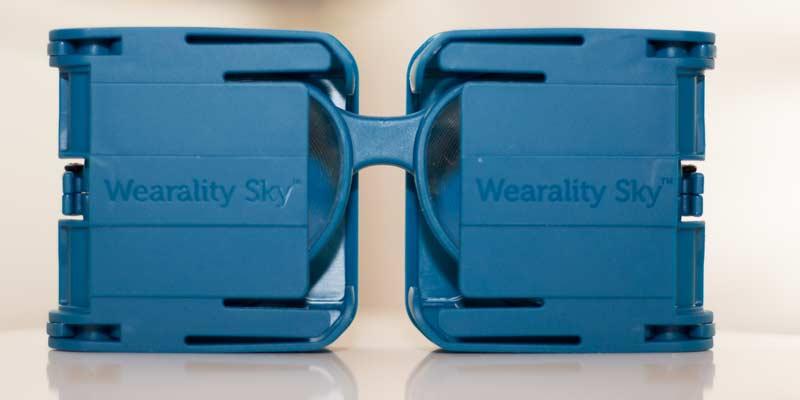 Die Brille lässt sich praktisch zusammenfalten, die Linsen sind geschützt. Bild: VRODO