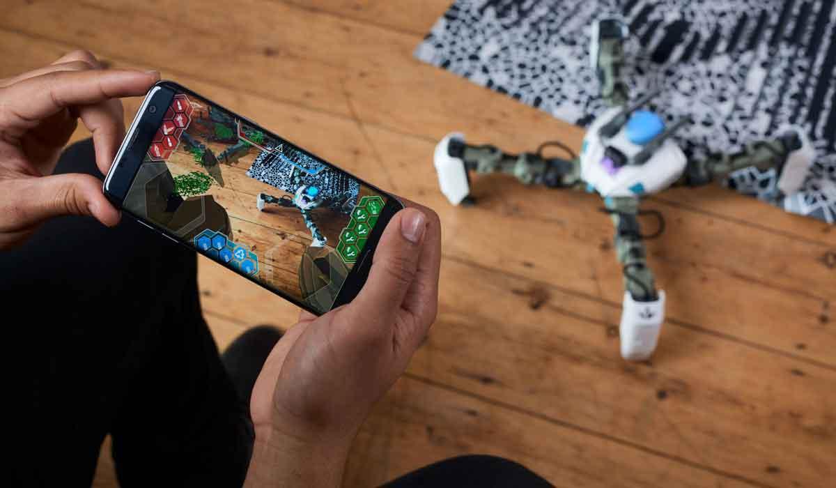 Augmented Reality: Spinnenroboter vermischt Realität und Computerspiel