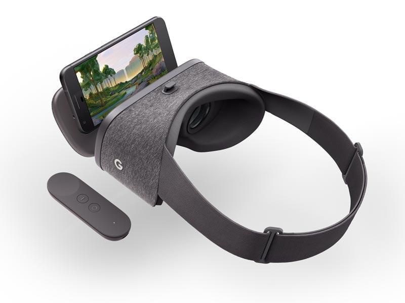 Das Smartphone wird eingelegt und mit einem fest integrierten Gummi am Haken oben auf der Brille festgeschnallt. Das sitzt erstaunlich fest. Bild: Google Inc.
