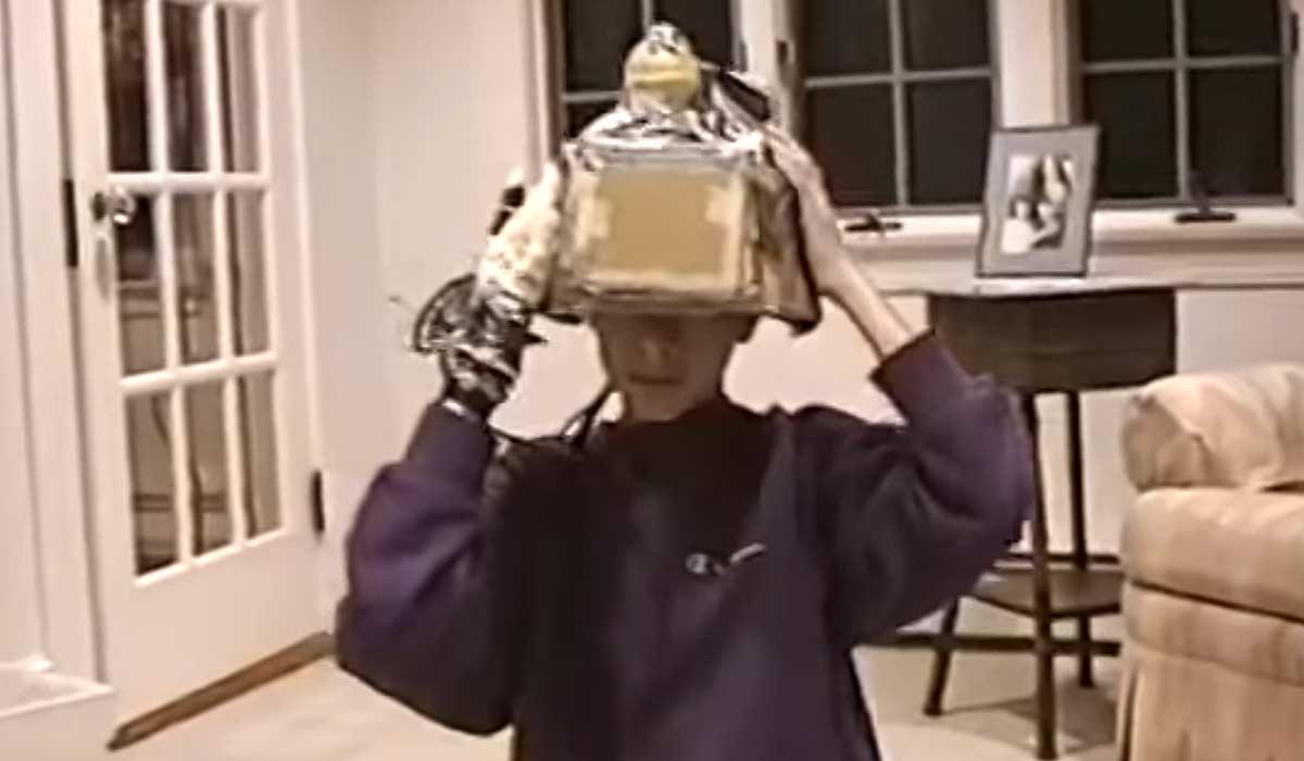 Junge probiert selbstgebastelte Virtual-Reality-Brille aus - in 1993