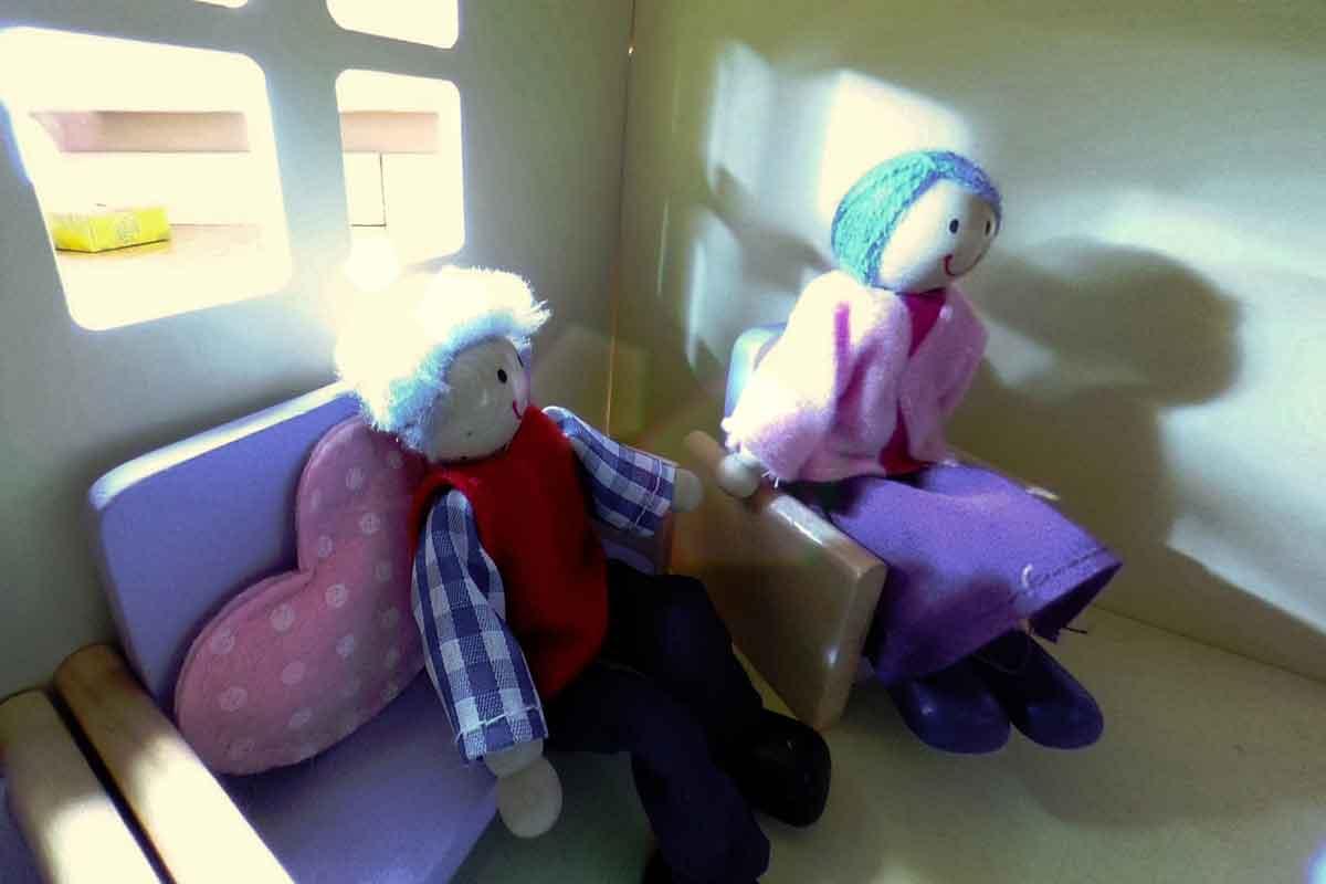 Virtual Reality: Vater beamt Tochter mit der VR-Brille in ihr Puppenhaus