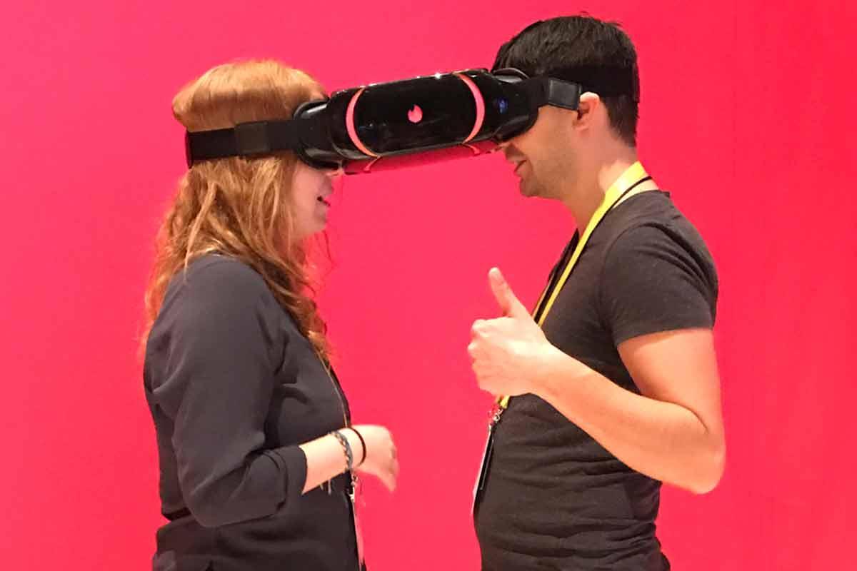 Virtual Reality: Tinder stellt auf der CES 2017 VR-Brille für zwei vor