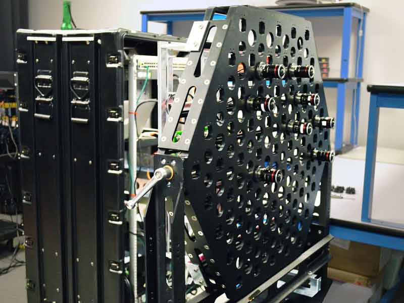 Spektakulärer Aufbau: In das Rack passen 95 Linsen, die synchron ein Lichtfeld einfangen können. Bild: Road to VR