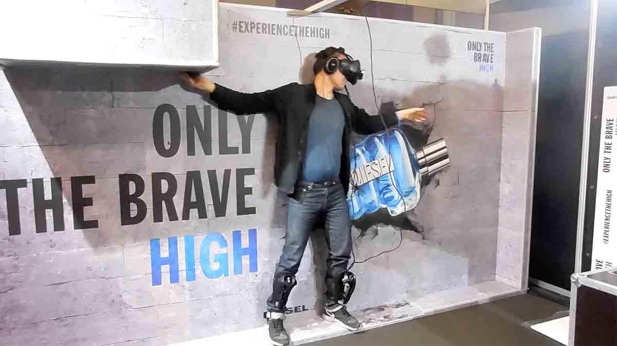 """Um eines ihrer Parfüme der Marke """"Only the Brave"""" zu bewerben, ließ das Unternehmen Konferenzbesucher eine Mutprobe in der Virtual Reality bestehen."""