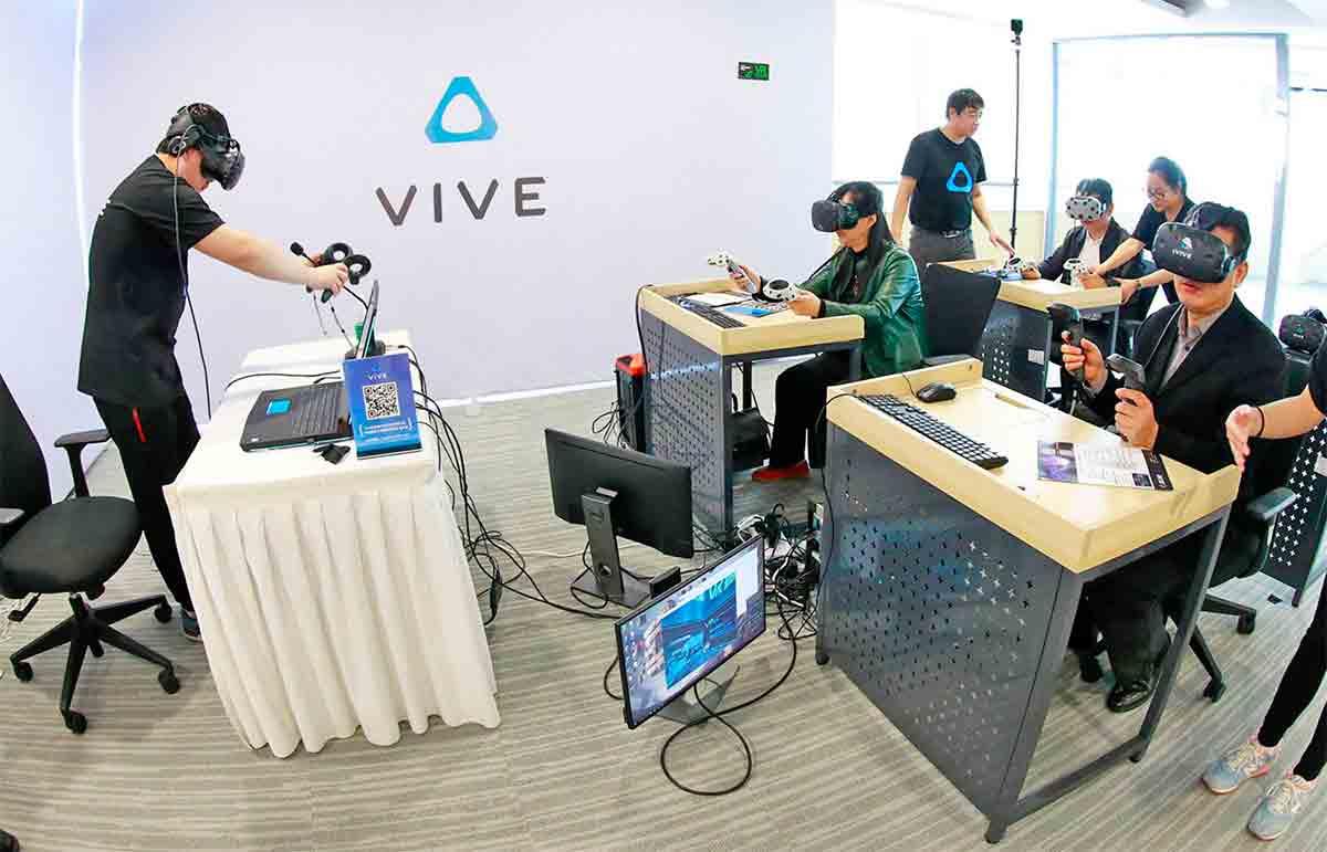 Bis zu zehn VR-Brillen laufen bei Steam synchron - blöderweise ohne 3D-Controller. Für Schulklassen soll das reichen.
