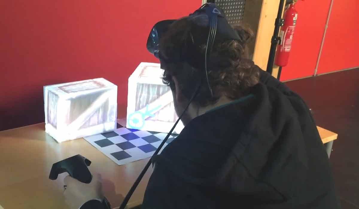 Zwei Forscher zeigen, wie man mittels Augmented Reality zielgenau in die Virtual Reality reisen und die beiden Formate miteinander vermischen und synchronisieren kann.