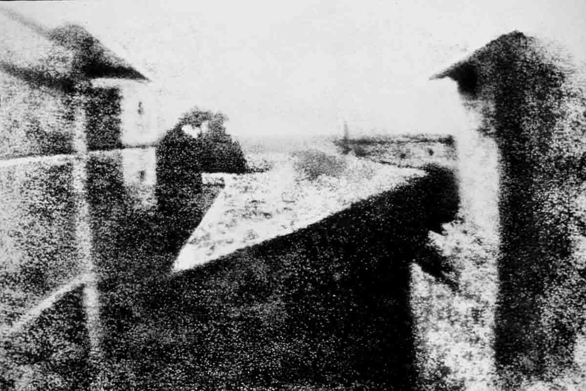Mit der VR-Brille können Besucher eine Reise ins Jahr 1839 unternehmen und eine der ersten Fotoausstellungen der Welt erneut erleben.