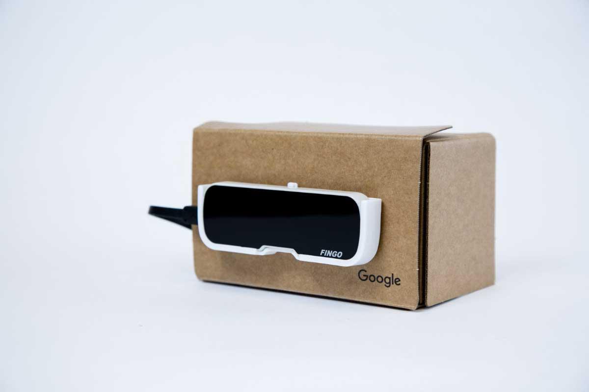 Fingo erweitert mobile VR-Brillen ohne externe Sensoren um räumliches Tracking. Hand- und Fingertracking wird ebenfalls unterstützt.