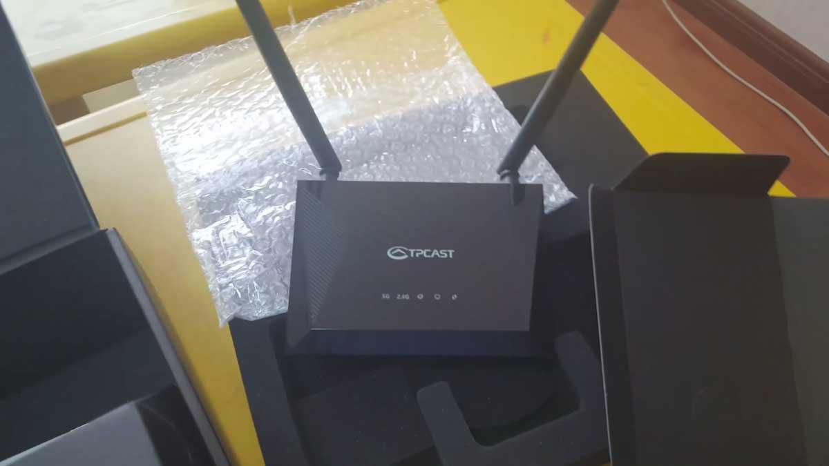 Ein zweiteiliges Unboxing-Video zeigt alle Komponenten aus der Nähe. Zum ersten Mal ist der Router zu sehen, der an den PC angeschlossen wird.
