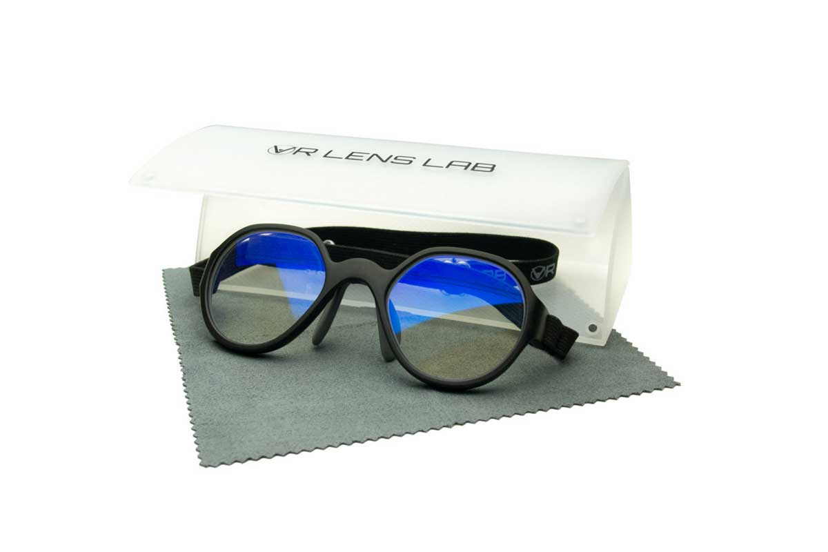 Viele Brillen sind zu groß, um unter dem VR-Headset bequem getragen zu werden. Ein Startup namens VR Lens Lab schafft Abhilfe.