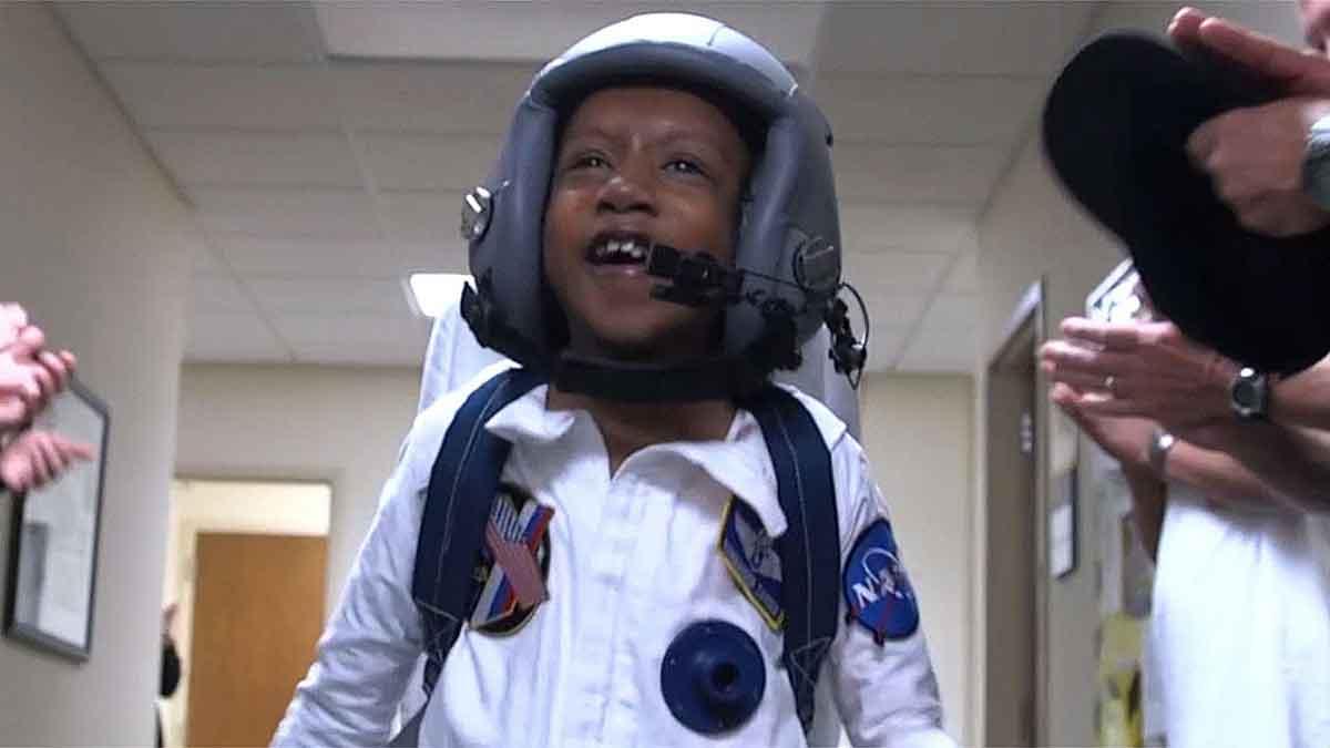 Die Make-A-Wish-Foundation machte den großen Traum eines herzkranken Jungen wahr und schickte ihn mit Virtual Reality zum Saturn.