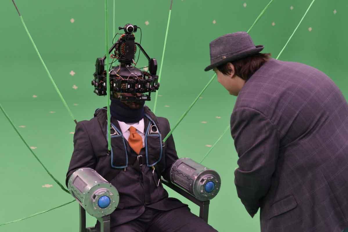 """Für die Dreharbeiten zu """"Agent Emerson"""" kam ein spezielles 360-Grad-Kamerarig zum Einsatz, das vom Darsteller auf dem Kopf getragen wurde."""