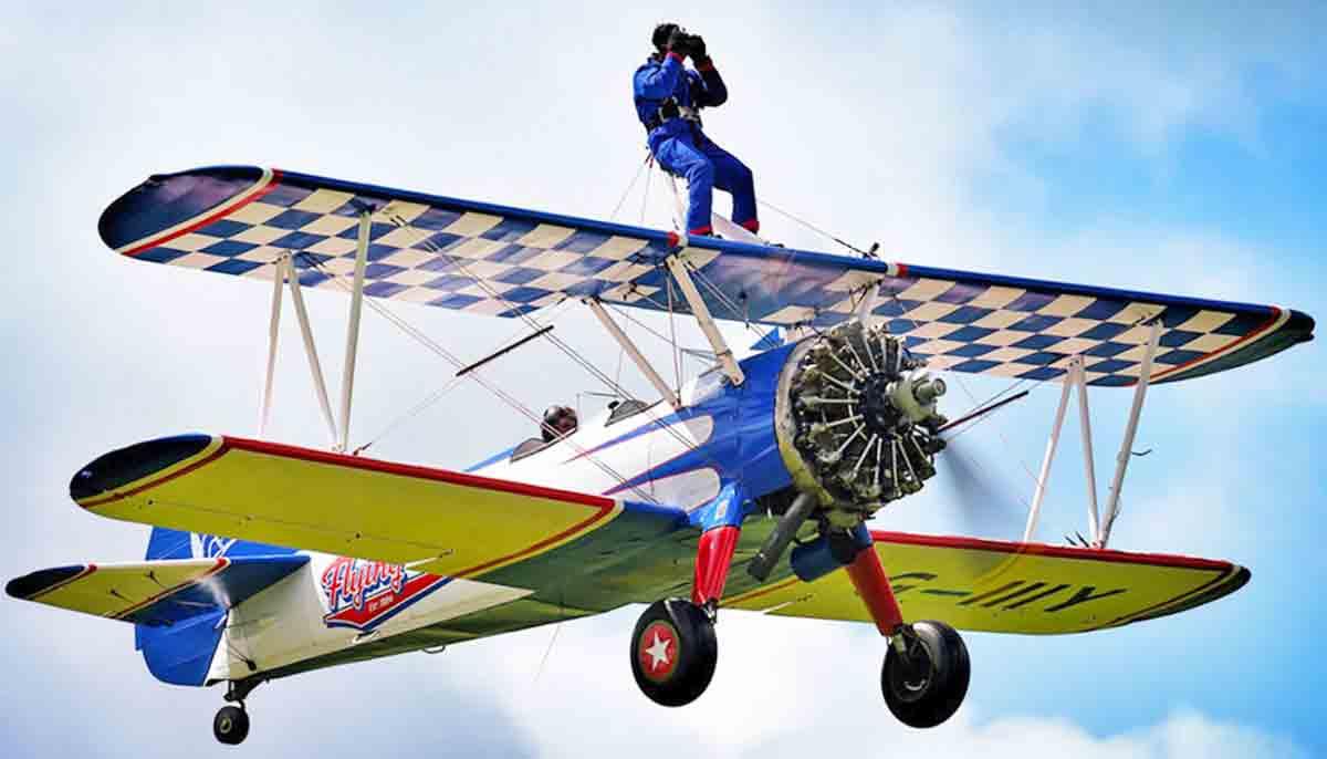 Dean Johnson ließ sich tätowieren, fuhr Go-Kart und flog auf der Tragfläche einer Flugzeugs - mit einer VR-Brille im Gesicht.