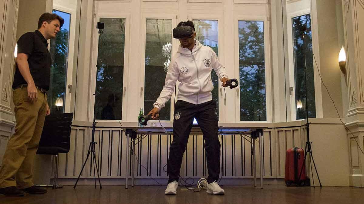 Das DFB-Team soll Virtual Reality zukünftig noch intensiver fürs Training nutzen. Der DFB kooperiert dafür mit dem US-Unternehmen Strivr.