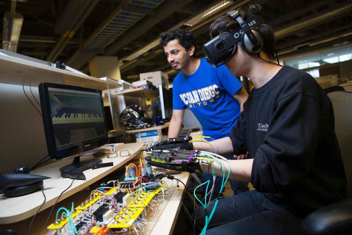Ingenieure der Universität San Diego entwickeln einen Handschuh, der Haptik mit künstlichen Muskelfasern aus der Roboterforschung simuliert.