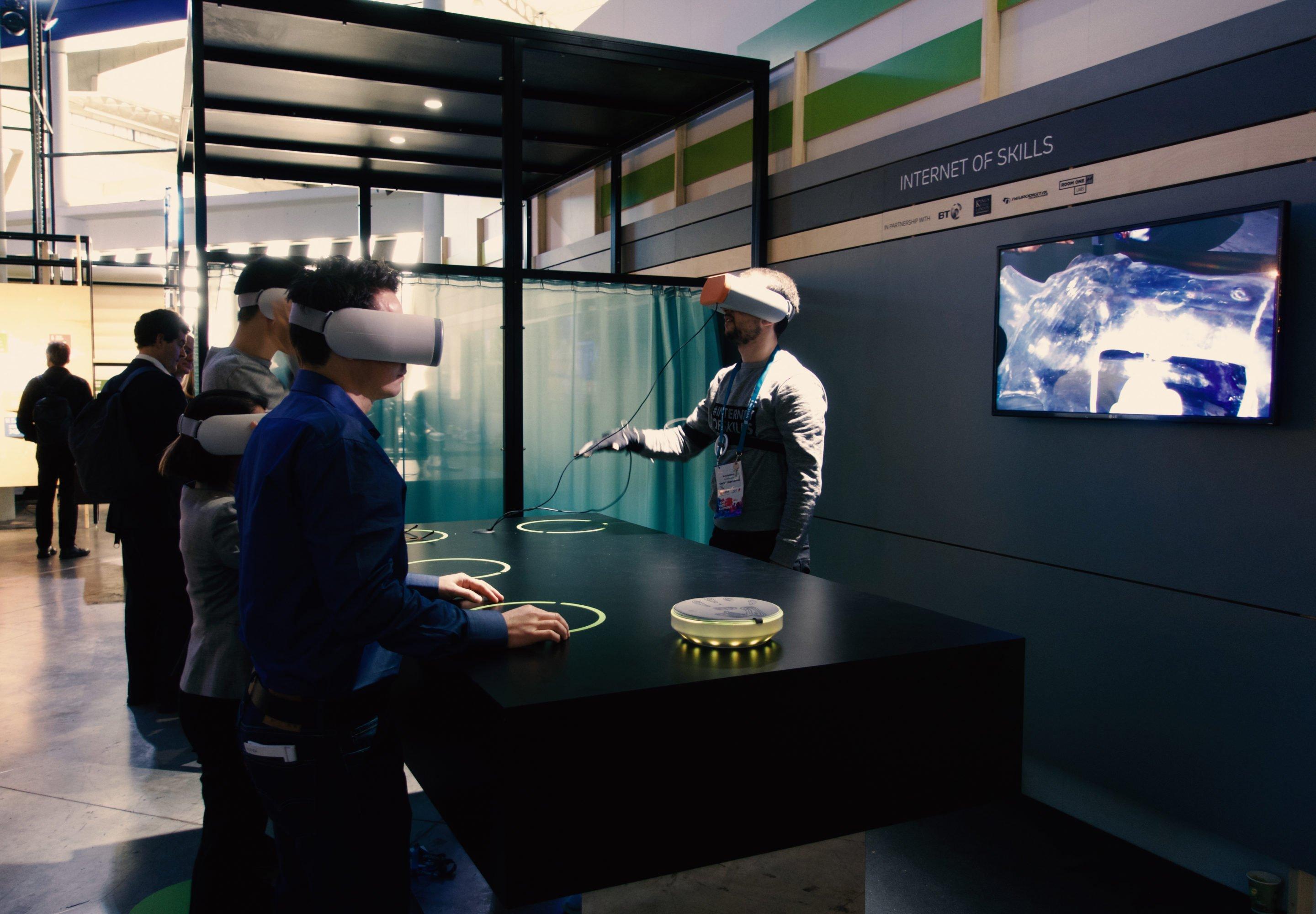Ärzte könnte mittels VR-Brille und haptischer Handschuhe Patienten aus der Ferne operieren, während Studenten in der Virtual Reality zusehen.