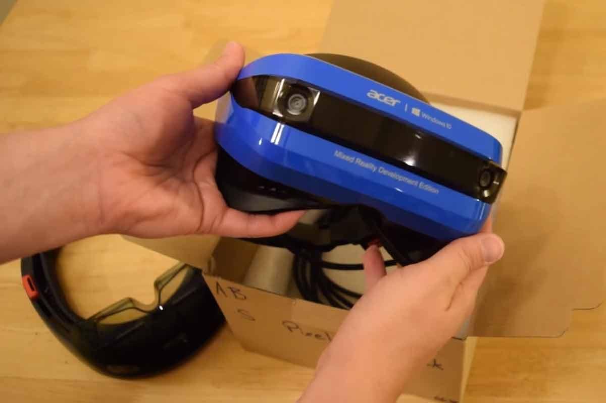 Der Hololens- und Windows-Entwickler Sean Ong packt die Windows-VR-Brille von Acer aus und schildert seine ersten Eindrücke.