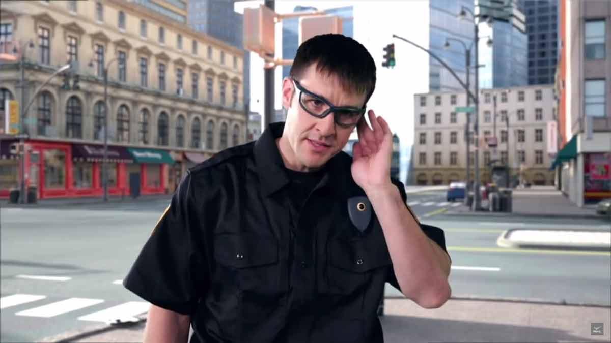 Die Brille erkennt einen Straftäter im Vorbeigehen und blendet dem Polizisten automatisch wichtige Kontextinformationen ins Sichtfeld ein.