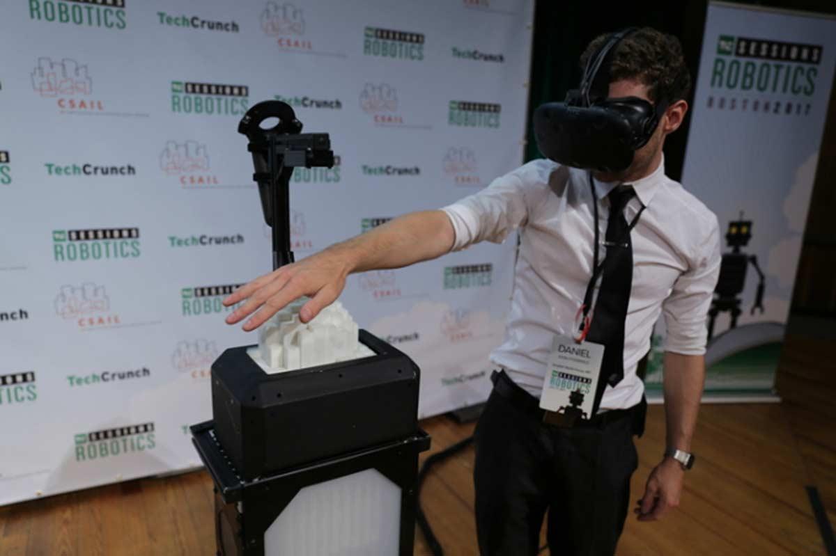 Ein mobiles Formendisplay folgt den Handbewegungen des VR-Nutzers. Mit Stäben macht es die Konturen eines digitalen Objekts fühlbar.