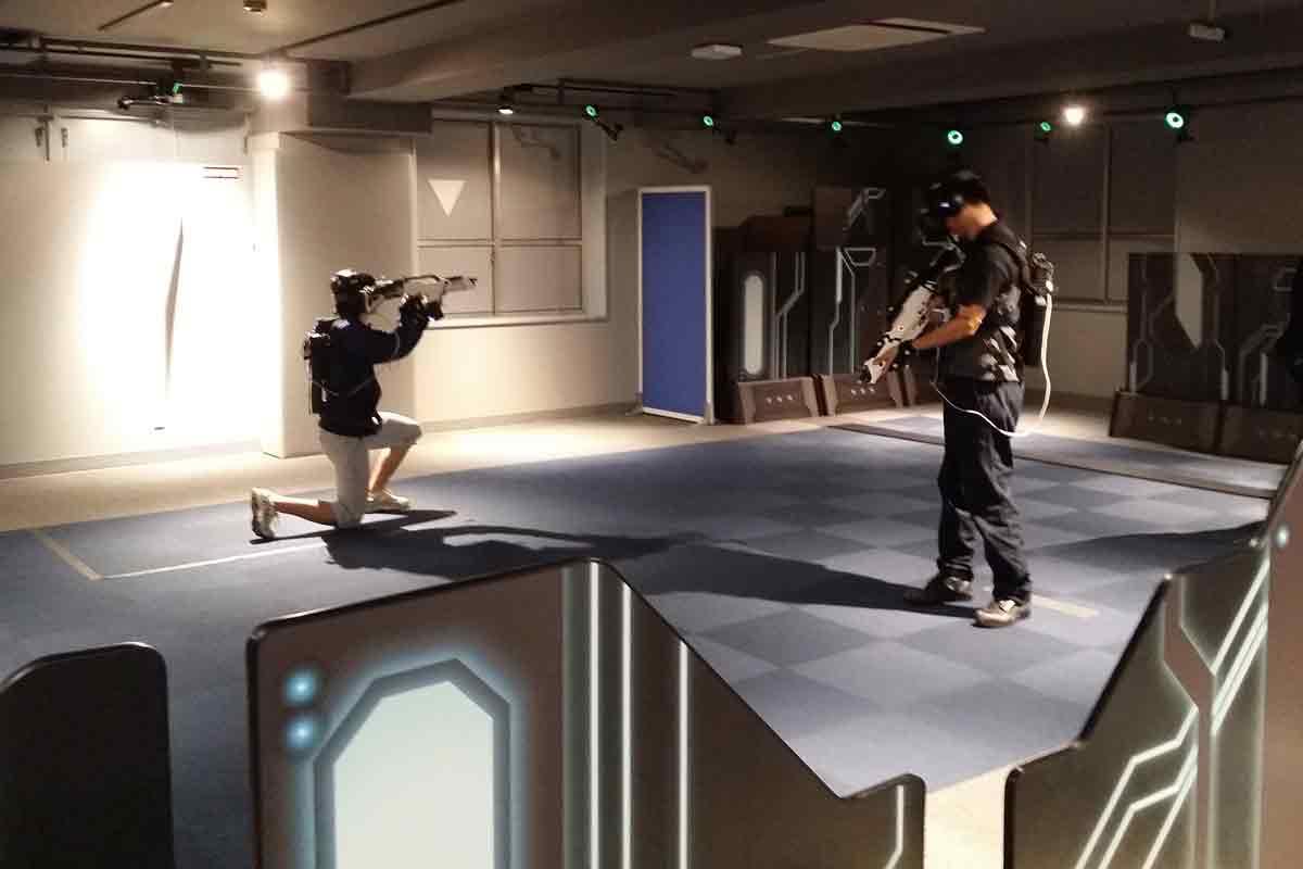 In Tokios Elektrostadt verspricht Sega mit Rucksack-PC und freier Bewegung im Raum die maximale Immersion. Wie gut ist die VR-Arcade?