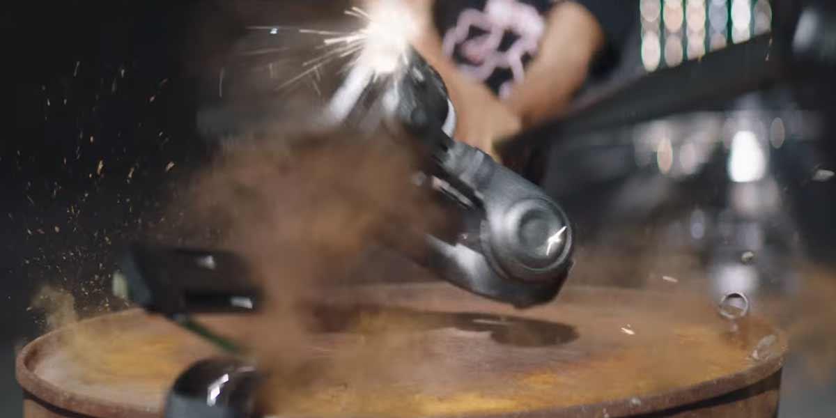 In diesem Musikvideo wird symbolisch eine VR-Brille zerstört