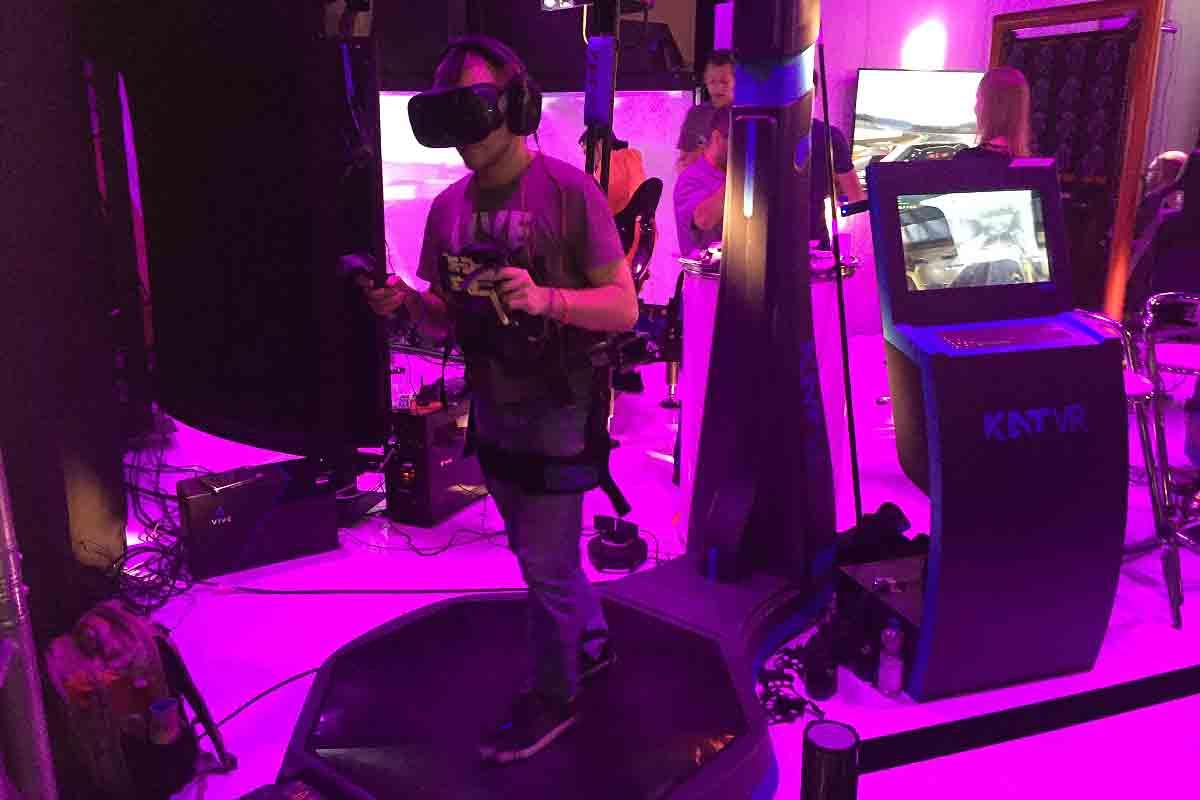 """Auf der Gamescom konnte man die VR-Laufmaschine des chinesischen Startups """"KatVR"""" ausprobieren. Ich habe den Selbstversuch gemacht."""