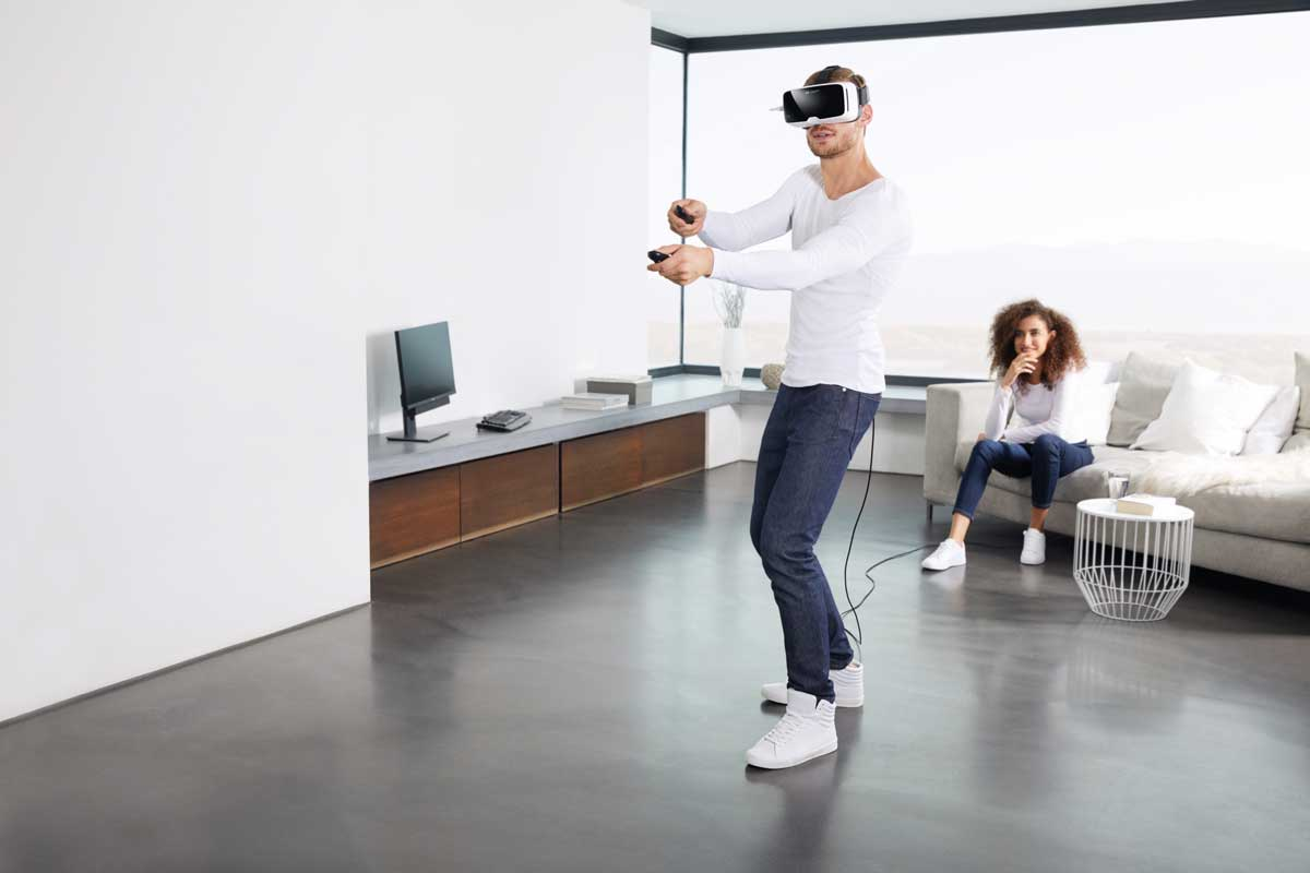 Mit einer neuen Software und zwei Bewegungscontrollern soll die mobile VR-Brille VR One von Zeiss den PC-Brillen Konkurrenz machen.